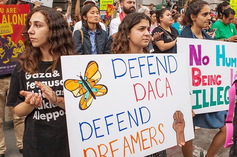 Jóvenes migrantes seguirán amparados con el programa DACA