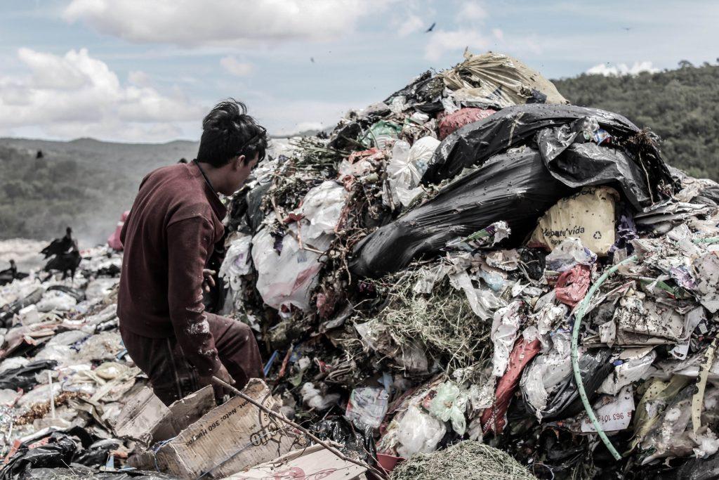 Cubrebocas en basura son riesgosos para trabajadores de limpia