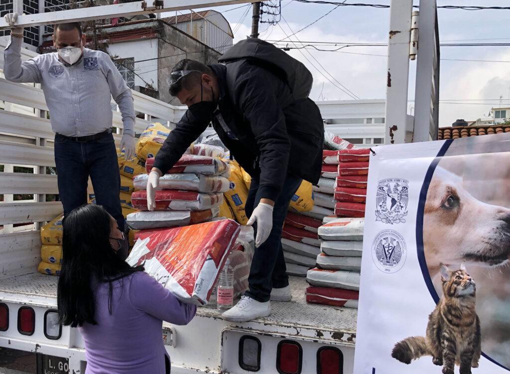 Entrega FMVZ de la UNAM alimento para perros y gatos