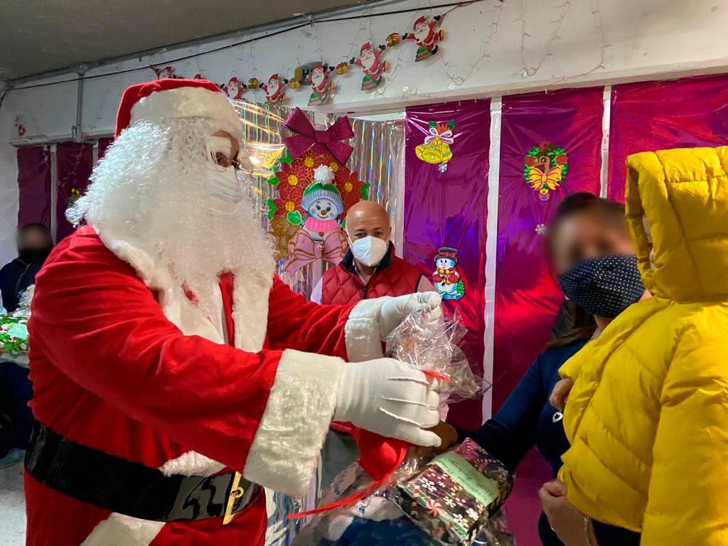 Santa Claus llega al Centro Femenil de Santa Martha