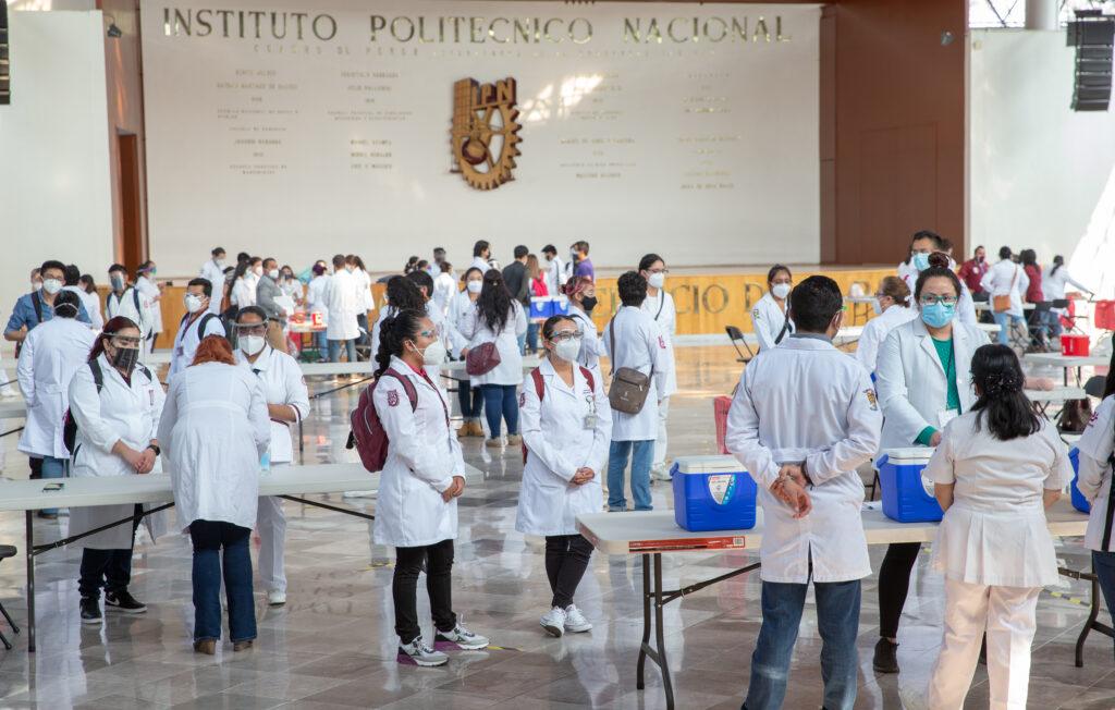 Capacitan a voluntarios en aplicación de vacunas